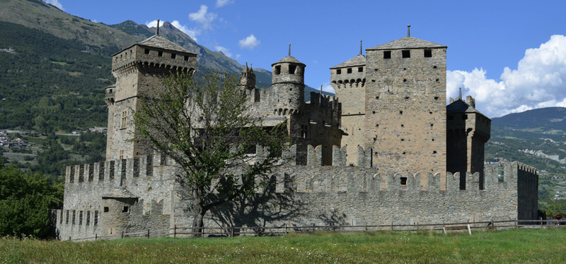 content_Goboony-_Valle_D_Aosta_in_Camper-_Castello_di_Fenis.001