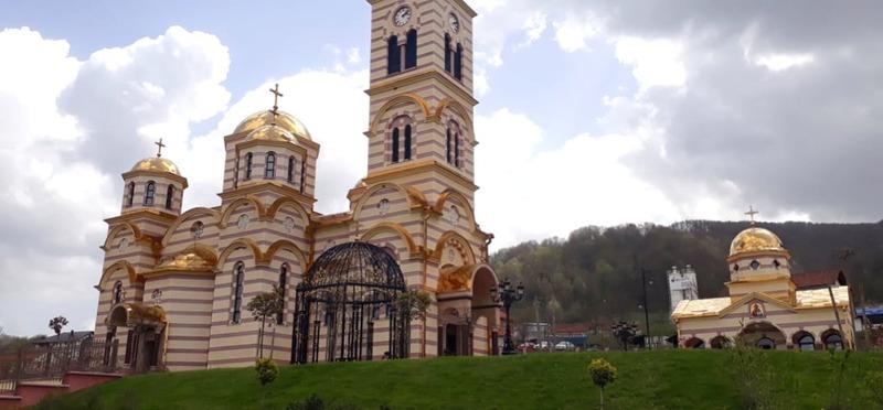 Goboony Guus en Sandra Bosnië kerk