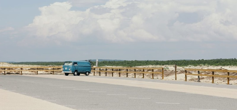 Goboony Camperplaatsen Bretagne blauwe vwbus parkeerplaats