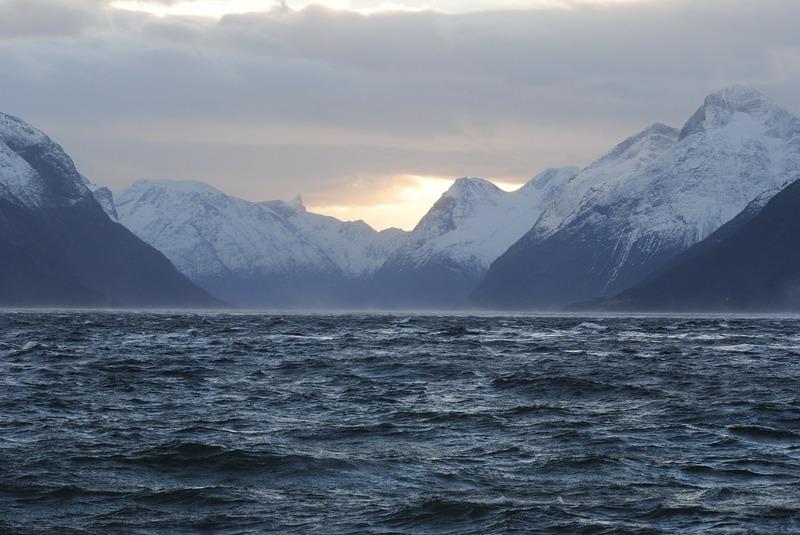 Norvegia fiordo montagne neve