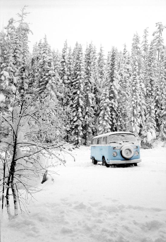Camper in de sneeuw