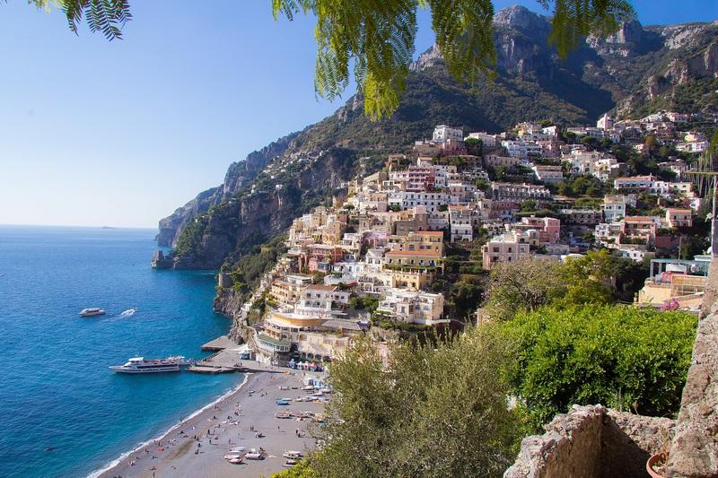 goboony camper amalfi Italië zee huizen gekleurd