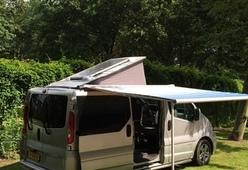 Renault Trafic camper bus met zonnepaneel en standkachel
