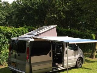 Mooie Renault Trafic camper bus met zonnepaneel