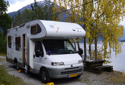 Camper 111 – 6 persoons, luxe uitvoering met vast bed, grote garage en zonnepanelen!