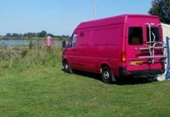 Vrolijke roze VW camper