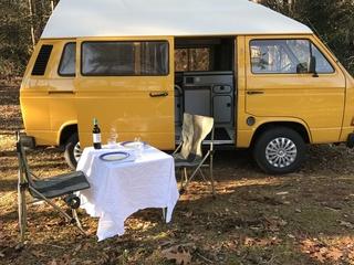 Leuke gele retro VW T3 camperbus