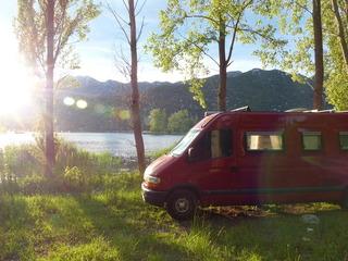Een knappe compacte camperbus
