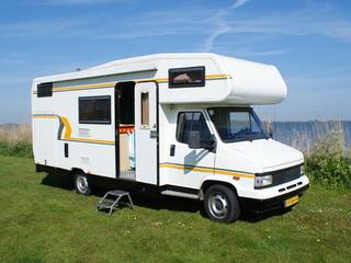 Ammehoela – Peugeot retro camper met 2 vaste dubbele bedden en xxl garage